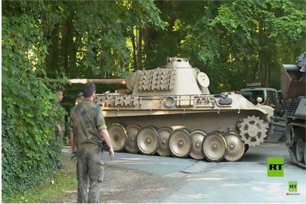 عجوز ألماني يخفي دبابة بمنزله - صورة من الفيديو