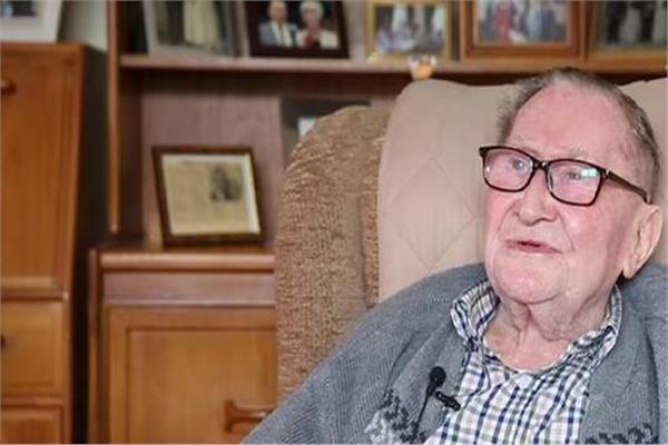 معمر بريطاني يكشف سر طول عمره