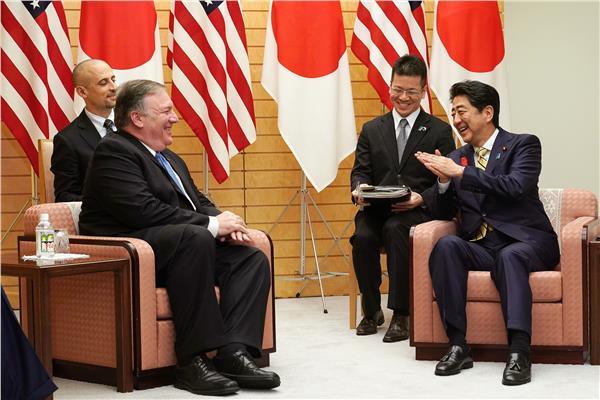 مايك بومبيرو وزير الخارجية الامريكي السابق مع نظيره الياباني