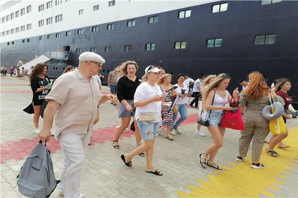 وصول سفينة سياحية لميناء الإسكندرية.. ونشاط حركة البضائع