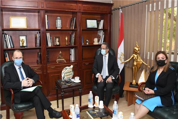 د. خالد العناني، وزير السياحة والآثار خلال لقاءه سفير دولة بلغاريا
