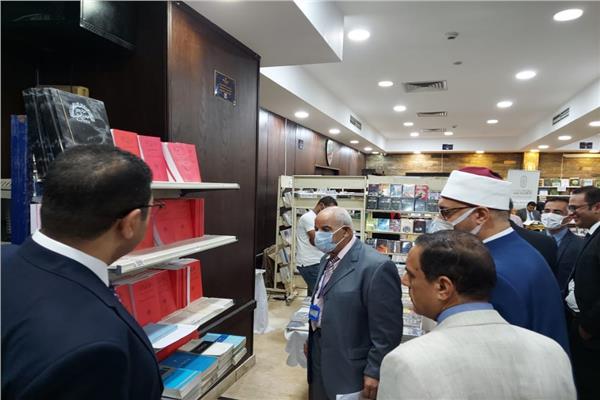 """أمين """"البحوث الإسلامية"""" يتفقد جناح الأزهر بمعرض الكتاب بنادي مستشاري النيابة الإدارية"""