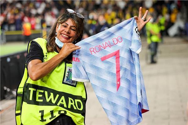 كريستيانو رونالدو يهدي قميصه لامرأة