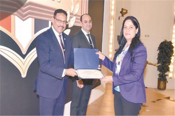 اللواء أ.ح حسن عبدالشافى أحمد يسلم إحدى المتدربات شهادة اجتياز برنامج تعزيز القدرات القيادية