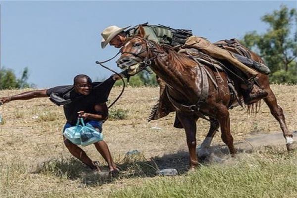 الشرطة الامريكية تطارد المهاجرين بالسياط و الخيول
