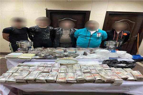 القبض على 5 تجار مخدرات