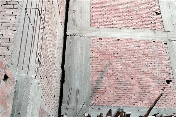 تصدعات وشروخات بالعمارة المائلة في الهرم