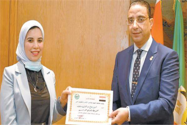 محافظ الفيوم يكرم د. لبنى صالح