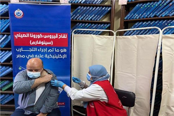 اللاجئون يحصلون على اللقاح في مصر