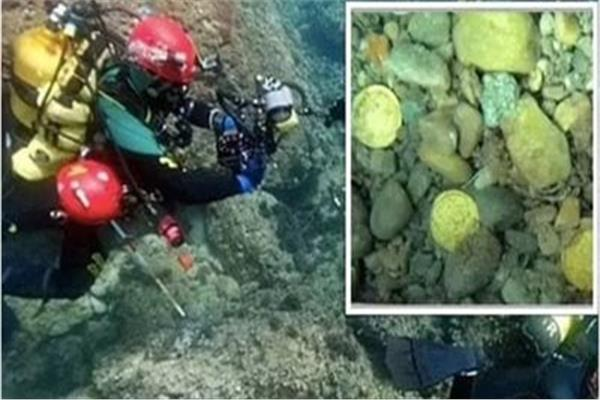 أثناء عثور الغواصون على العملات الذهبية