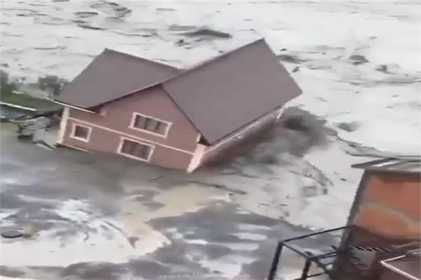 السيول الطينية تجرف البيوت