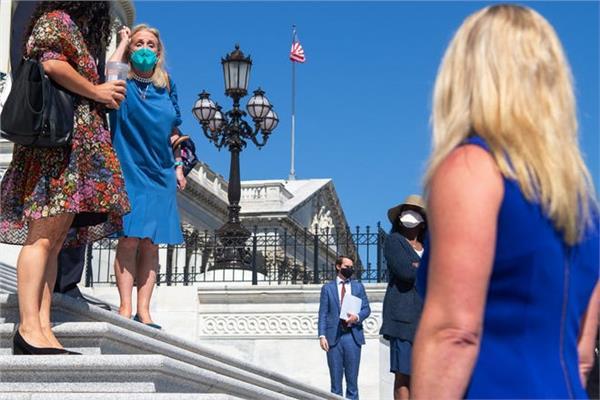 النائبة الديمقراطية ديبي دينجيل اثناء صراخها في مارجوري تايلور جرين