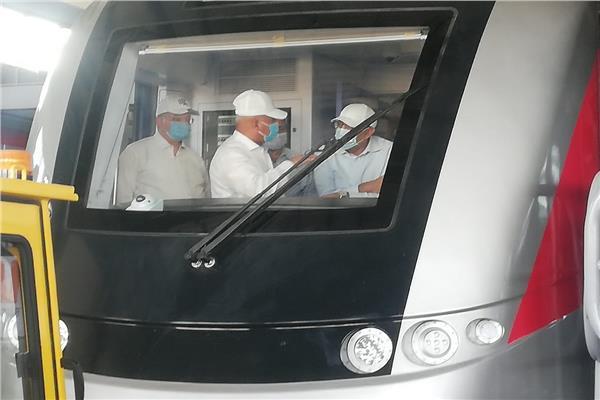 رئيس الوزراء خلال جولته بالقطار الكهربائي بمدينة بدر