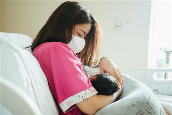 دراسة: لبن الأم قد يكون لقاحاً مضاداً لفيروس كورونا