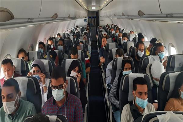 أوائل الثانوية العامة يغادرون مطار القاهرة