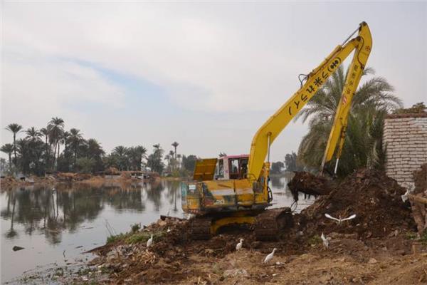 جانب من عمليات إزالة التعديات على النيل