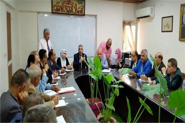 «الجيار» خلال اجتماعه مديرى عموم الإدارات التعليمية بالجيزة