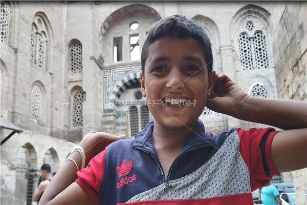 حكايات  «يا ضحكة الحسين».. «محمد» أصغر بائع سبح في أيام الإجازات