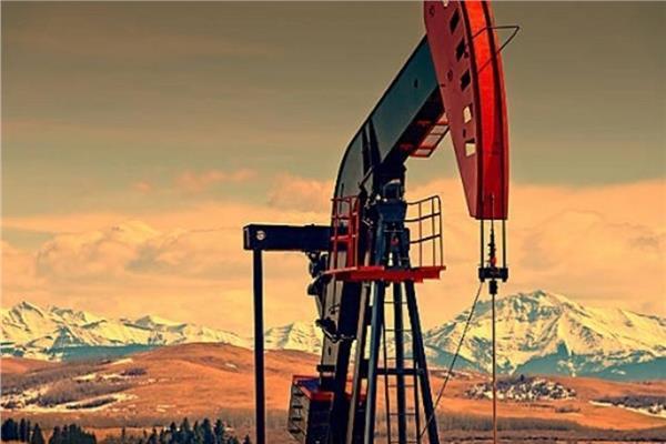 النفط يتراجع مع جني المستثمرين أرباحاً لكن تحولا للوقود كبح الخسائر
