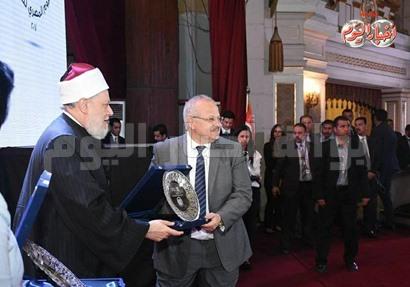 علي جمعه يكرم الخشت ويهديه درع مؤسسة مصر الخير