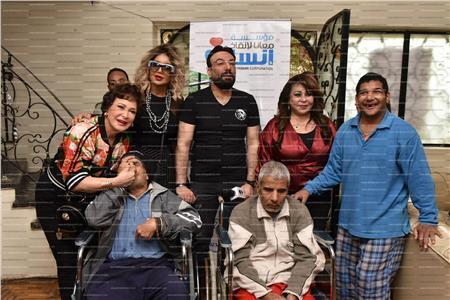 صور  لبلبة تشارك مبادرة «مستقبلهم أمانة» توزيع الهدايا على المسنين