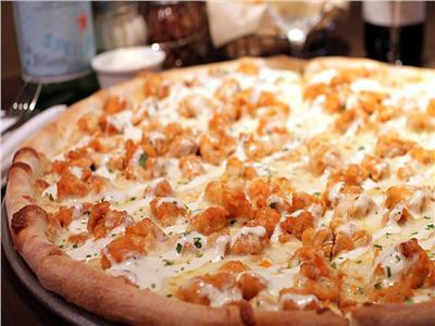 طبق اليوم .. «بيتزا قطع الدجاج بالبافلو صوص»