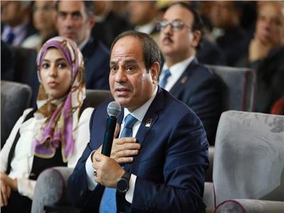 الرئيس السيسي يداعب وزير الإسكان بسبب «غرق التجمع»