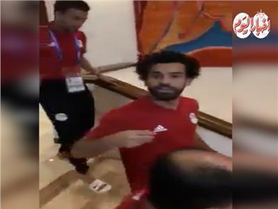 فيديو| مشجع مصري يثير دهشة صلاح بعد طلبه الغريب