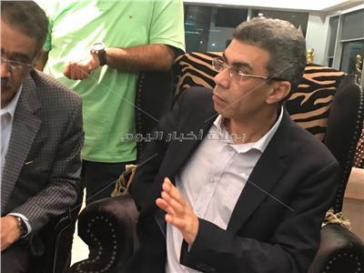 بالصور.. ياسر رزق يعود للقاهرة بعد رحلة علاج في فرنسا
