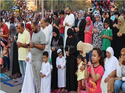فيديو وصور.. صلاة عيد الأضحى «مختلطة» في ساحة مسجد مصطفى محمود