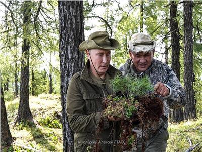 صور وفيديو| بوتين يقضي أجازته وسط الطبيعة في سيبريا