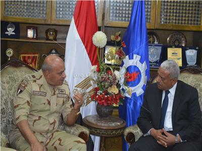 قائد الجيش الثالث يهنئ اللواء صقر بتوليه منصب محافظ السويس