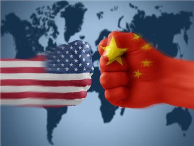كاتب بريطاني يحذر من اندلاع حرب تجارية طويلة بين أمريكا والصين