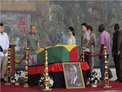 فيديو| غانيون يلقون نظرة الوداع الأخيرة على جثمان كوفى أنان