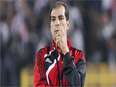 قبل لقاء هورويا.. علاء ميهوب يؤازر لاعبي الأهلي في المران