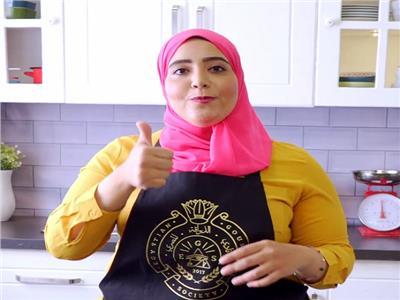 حكايات| شيف مصرية تعلم فن الطهي بنكهة الإشارة