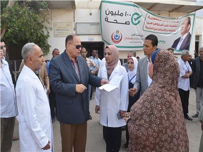 محافظ الفيوم يطالب الأطباء بحسن معاملة المرضى