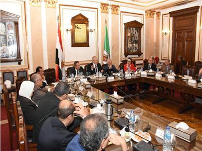 رئيس جامعة القاهرة يوجه بإنشاء إدارة بكل كلية للطلاب الوافدين