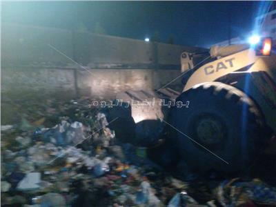 صور| رفع تراكمات القمامة من أمام المدارس بأبو النمرس