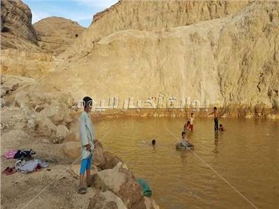 صور  عزبة سعيد بقرية المعابدة تتحول لحمامات سباحة للأطفال
