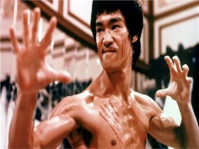 شاهد.. رجل أقوى من الأسطورة «بروس لي»