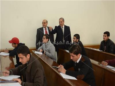 صور  رئيس جامعة الأزهر يتفقد امتحانات «الإعلام»