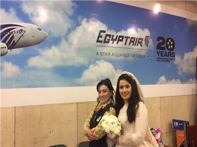 صور| مصرللطيران تحتفي بعروسة في مطار القاهرة
