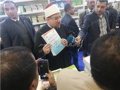 صور..«جمعة» يستعرض إصدارات المجلس الأعلى للشؤون الإسلامية بمعرض الكتاب