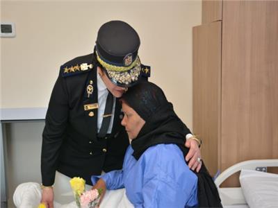 أحضان وورود.. الشرطة النسائية تخفف الألم عن مريضات الأورام بالصعيد