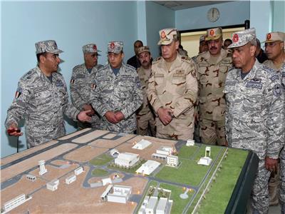 صور  وزير الدفاع يتفقد الأنشطة التعليمية بالكلية الجوية