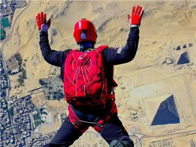 خلال مهرجان القفز الحر.. القرد «كباب» يحلق فوق الأهرامات