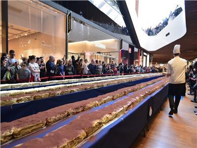 فيديو| 30 طاهي يدخلون موسوعة جينيس بصنع أكبر قطعة حلوي فى العالم