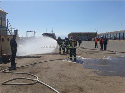 تنفيذ مناورة «حريق» بقاطرة بحرية داخل ميناء «بورتوفيق»