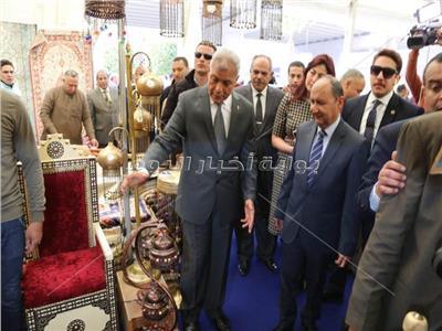 محافظ المنوفية ووزير التجارة والصناعة يتفقدان جناح المحافظة بمعرض القاهرة
